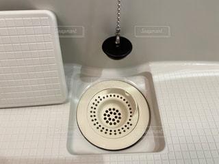 風呂場の排水口の写真・画像素材[3084564]