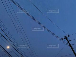 電線のシルエットの写真・画像素材[3286405]