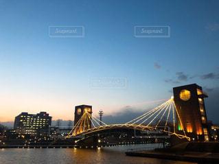 背景に都市を持つ水の上の橋の写真・画像素材[2284956]