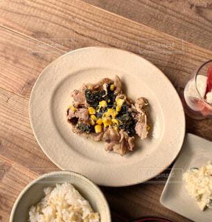 豚肉ほうれん草とうもろこしの塩バター蒸しの写真・画像素材[4439956]