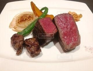 肉と野菜をトッピングの写真・画像素材[2321233]