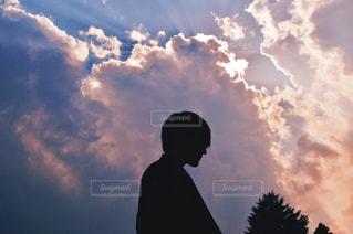 曇り空の下にいる男の写真・画像素材[2287116]