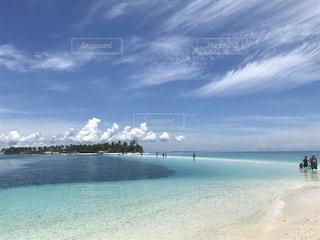 水域の近くのビーチで人々のグループの写真・画像素材[2286957]