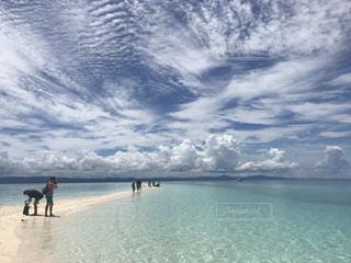 水域の近くのビーチで人々のグループの写真・画像素材[2286969]