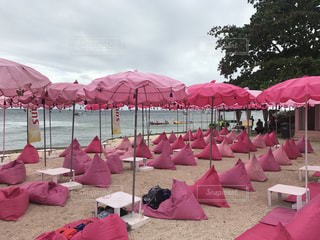 砂浜の上に座っている芝生の椅子のグループの写真・画像素材[2287051]