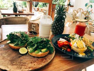 皿の上に異なる種類の食べ物をトッピングした木製のテーブルの写真・画像素材[2288081]