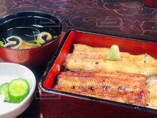 皿の上の食べ物のボウルの写真・画像素材[2318620]