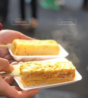 卵焼きを持っている人の写真・画像素材[2863136]