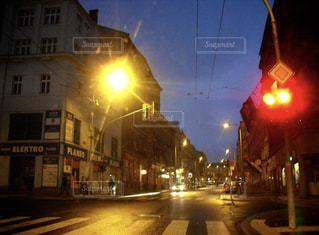 夜の街路の信号の写真・画像素材[2293131]