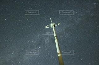 夜空を照らすロケットの写真・画像素材[2312875]