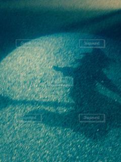 足元に映る魔女の影の写真・画像素材[2293354]
