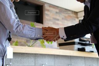 ビジネスで握手をしている二人の写真・画像素材[2298136]