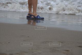 波打ち際にたたずむ子どもの写真・画像素材[2337318]