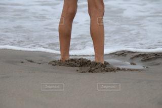 砂浜に埋もれた子供の足の写真・画像素材[2341783]
