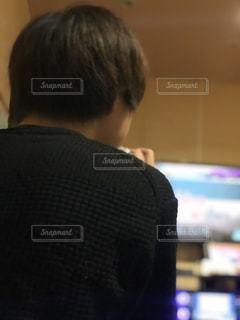 テレビの前に立っている男 後ろ姿の写真・画像素材[2295540]
