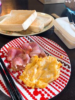 テーブルの上の食べ物の皿の写真・画像素材[2295520]