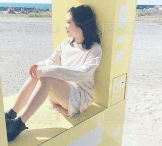 浜辺に座っている女性の写真・画像素材[2295637]