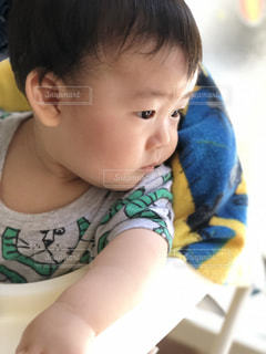 歩行器に座っている赤ん坊の写真・画像素材[2295161]