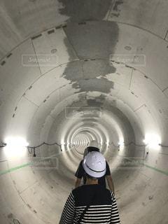 新しくなる水道管を見学中の写真・画像素材[2298421]