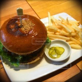 ハンバーガーとポテトフライの写真・画像素材[116547]