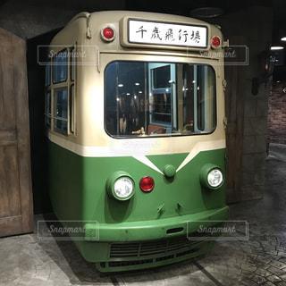 バスに座っている緑色の電車の写真・画像素材[1277011]