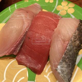 テーブルの上の寿司の写真・画像素材[1466722]