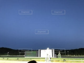 薄暮の競馬場の写真・画像素材[1526724]