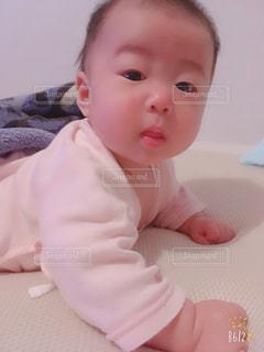 頭があげれるようになった赤ちゃんの写真・画像素材[2295401]