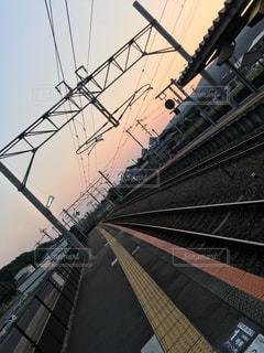哀愁のある田舎の駅の夕暮れの写真・画像素材[2296644]
