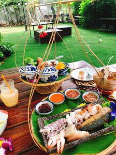 ピクニックテーブルの上の食べ物の皿の写真・画像素材[2334165]