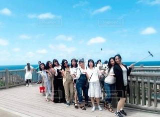 カメラに向かってポーズをとる群衆の前に立つ人々のグループの写真・画像素材[2309118]