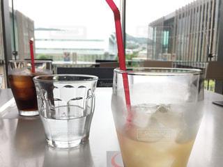 カフェでドリンク休憩の写真・画像素材[2380817]