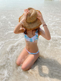 ビーチに座っている女性の写真・画像素材[3585500]