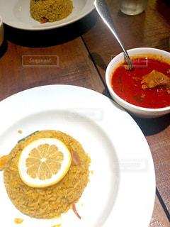 テーブルの上の食べ物の皿の写真・画像素材[2301654]