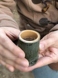 お屠蘇を持っている手の写真・画像素材[1732174]