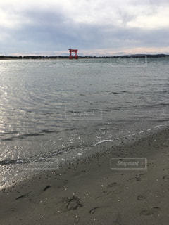 水の体の横にある砂浜のビーチの写真・画像素材[1732178]