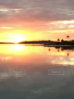 真っ赤に染まる夕焼けの写真・画像素材[2324186]