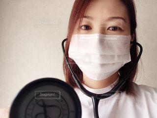 聴診器をあてる女性の写真・画像素材[2356717]