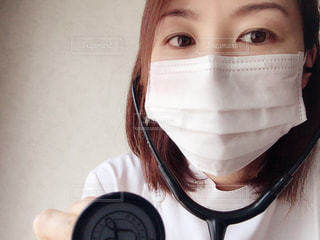 聴診器をあてる女性の写真・画像素材[2356719]