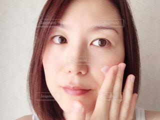 クリームを塗る女性のクローズアップの写真・画像素材[2420023]