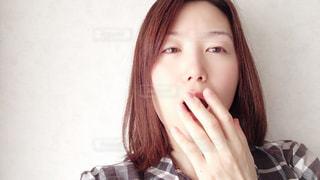 あくびをする女性の写真・画像素材[2447785]