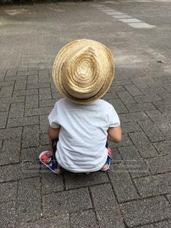 ヤンキー座りの男の子の写真・画像素材[2372433]
