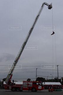 はしご車から降下する消防士の写真・画像素材[2865746]