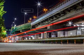 夜の線路上の列車の写真・画像素材[2305219]