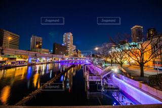 夜の都会の川に架かる長い橋の写真・画像素材[2331923]
