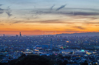 都市を背景にした水域の夕日の写真・画像素材[2337707]