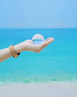 水の中を泳いでいる女性の写真・画像素材[2307329]