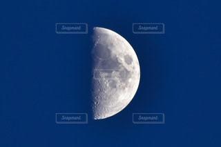 ほぼ半月の写真・画像素材[2418663]