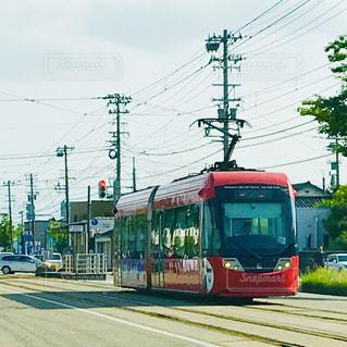 赤い路面電車の写真・画像素材[2398679]