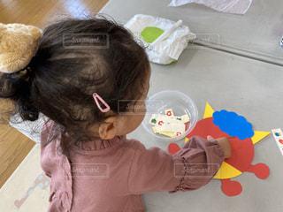 鬼のお面を作る少女の写真・画像素材[2907996]